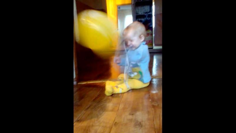 бонюшка пытается лопнуть шарик