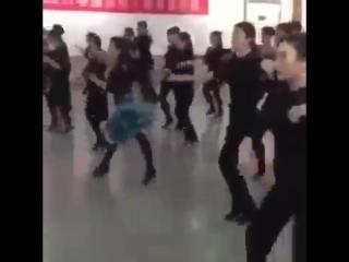 Воспитанники китайской танцевальной школы танцуют под Ленинград