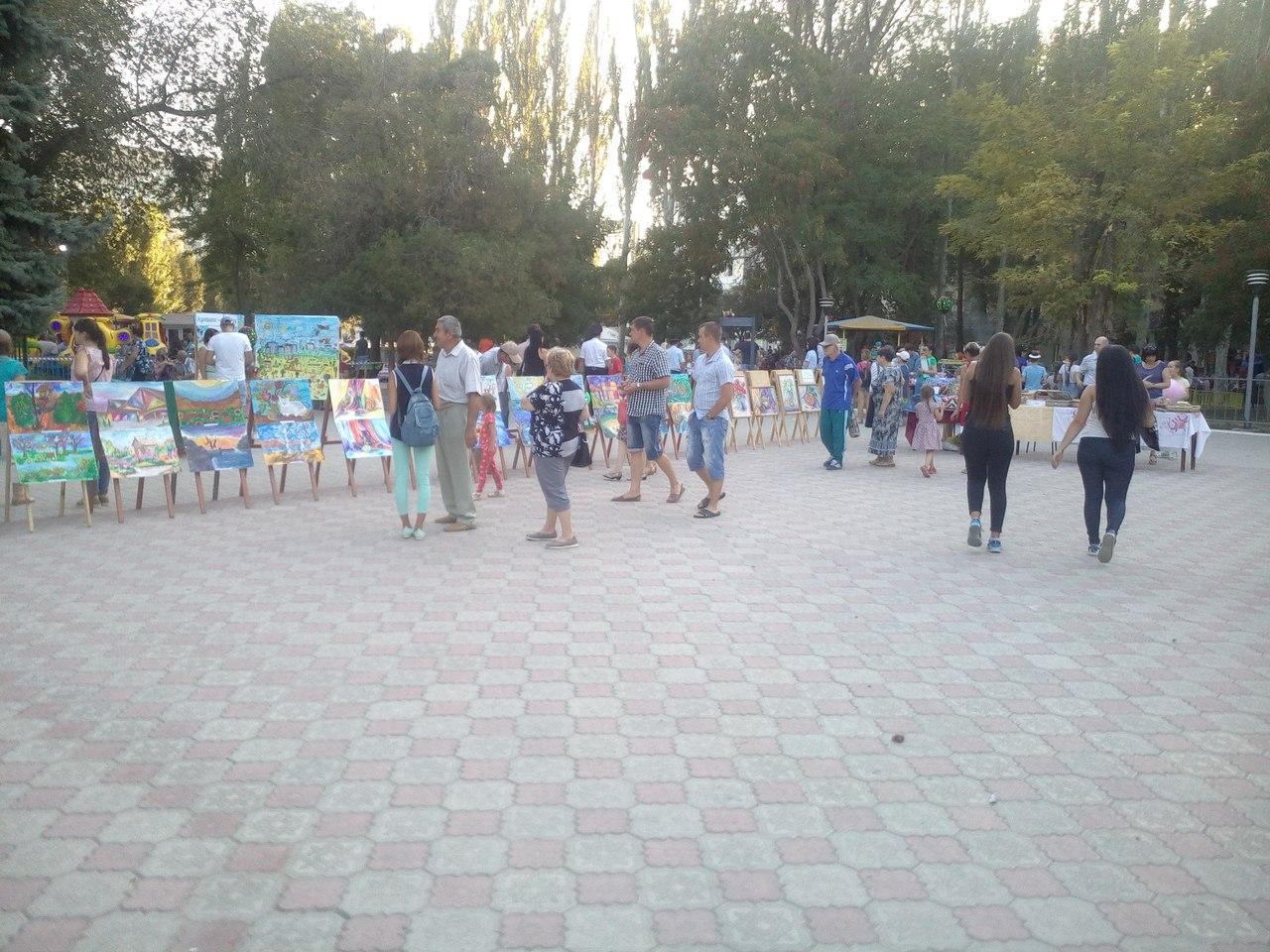 Во время годовщины 281 города Армянск на главной площади были организованы различные выставки