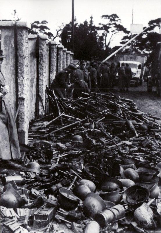 Перед эвакуацией немецкие солдаты бросают амуницию и оружие на улице порта Пиллау.Восточная Пруссия,апрель 1945 года.