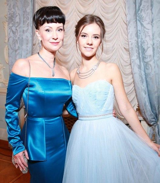 45-летняя Нонна Гришаева показала 21-летнюю дочь Настю от первого брака