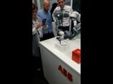 Робот YuMi в учебном центре АББ