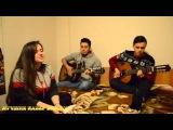 Два парня играют на гитаре, а девушка поет песню
