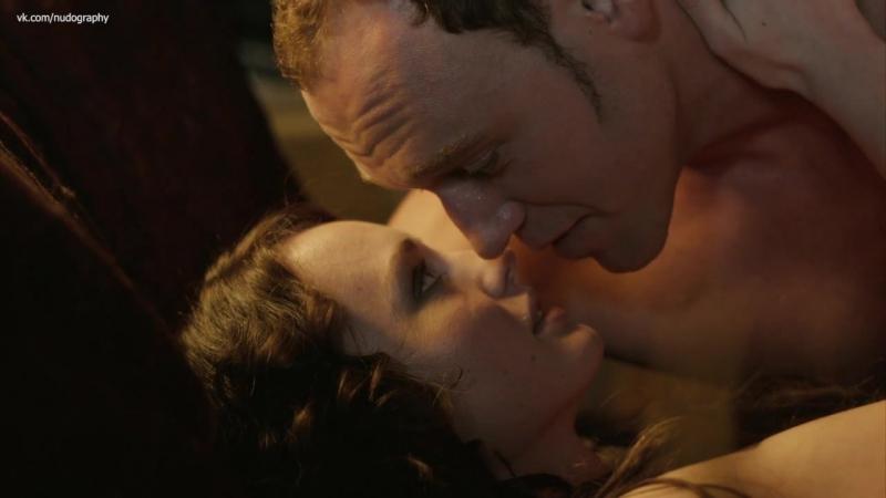 Лукреция (Лора Хэддок) голая в постели с Лоренцо (Эллиот Кауэн)