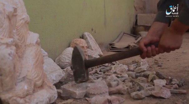 варвары уничтожают скульптуры в Сирии