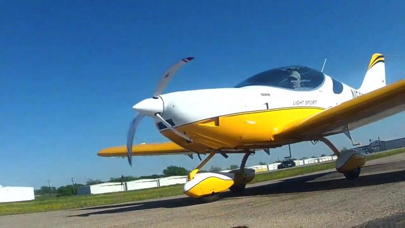 Ямочный ремонт холодным асфальтом взлетно-посадочной полосы на аэродроме в Роаноке, штат Техас