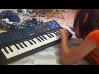 Тая играет на синтезаторе веселую и грустную мелодию