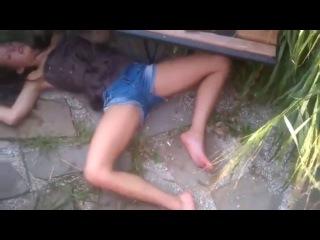 Сисястые шлюхи, на полу без сознания лежит голая блондинка