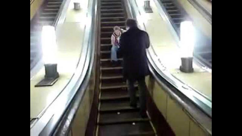 Чел упал с эскалатора в метро