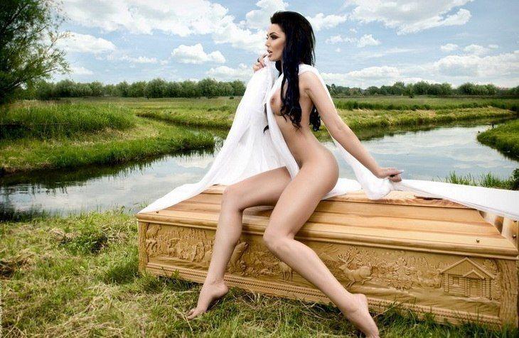 Эротическая реклама... гробов (10 фото)