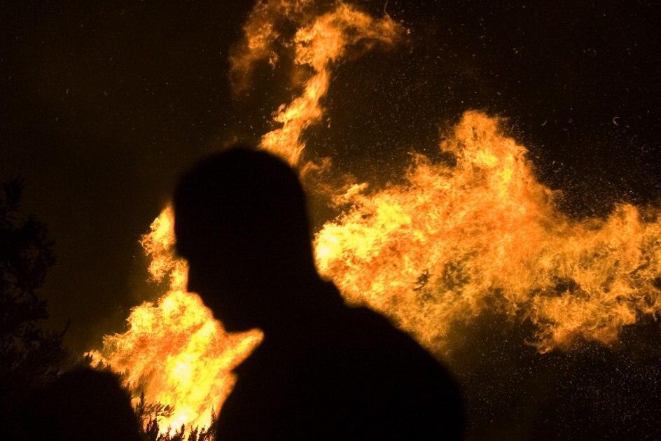 Под Таганрогом мужчина сначала зарезал собутыльника, а потом поджог его дом