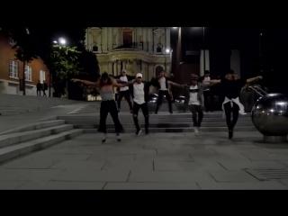 Весь мир танцует под Black Or White - Майкла Джексона
