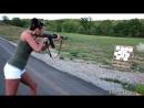 Красивая девушка стреляет из автомата калашникова Красавица и АК Стрельба по мишеням
