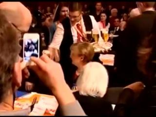 Официант облил пивом и обматерил Ангелу Меркель