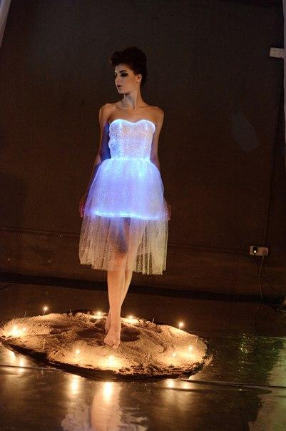 Очень крутое светящееся платье!  https://ru.aliexpress.com/store/product/2015-fashion-Carnival-dress-sexy-costumes-for-women-led-party-Dress-Evening-luminous-Dress-women-vestidos/536311_1977951235.html?detailNewVersion=&categoryId=200000347
