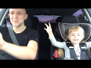Отец с дочкой поют Let It Go из мультика Холодное сердце