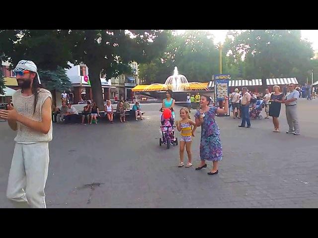 Виктор Теккен з мамою танцює ВУЙЦЬО співає