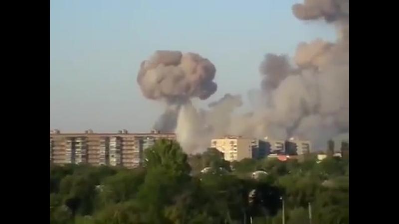 Горит Балаклея взрываются склады от взрывной волны шатаются дома