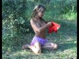 Красивая девочка показывает сиси