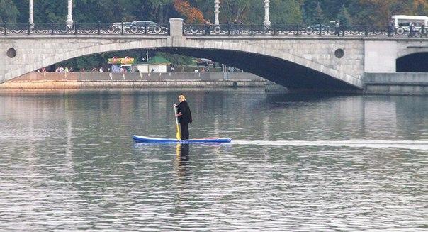Зачем отважная минчанка отправилась в путешествие по реке в такую холодную погоду, пока ничего не известно.