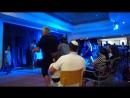 Певец поёт песню Чили-ча-ча, в лобби в гостинице David, которая находится на мёртвом море.:)