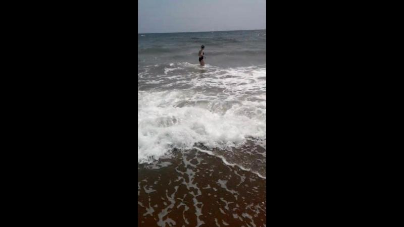 первое знакомство с морем. Милена, волны, радость, только дельфина не хватает!