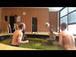 Крутая перепасовка Зинченко с партнерами в бассейне