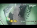 Избитого мужчину в наручниках полицейские буквально подвесили на решетке – видео из сибирского города Пыть-Ях