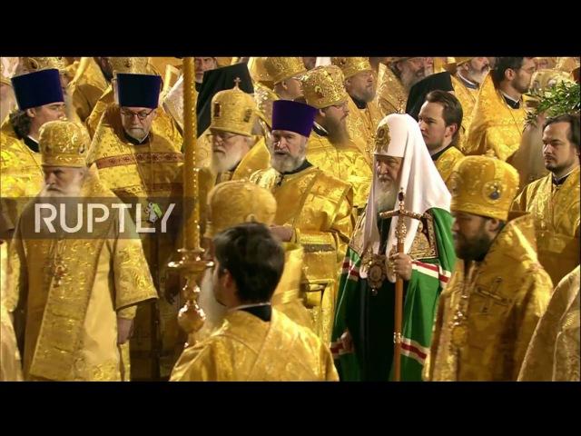 Россия: Патриарх Кирилл поставляет Божественную Литургию в Московском Храме свечой на 70-й день рождения.