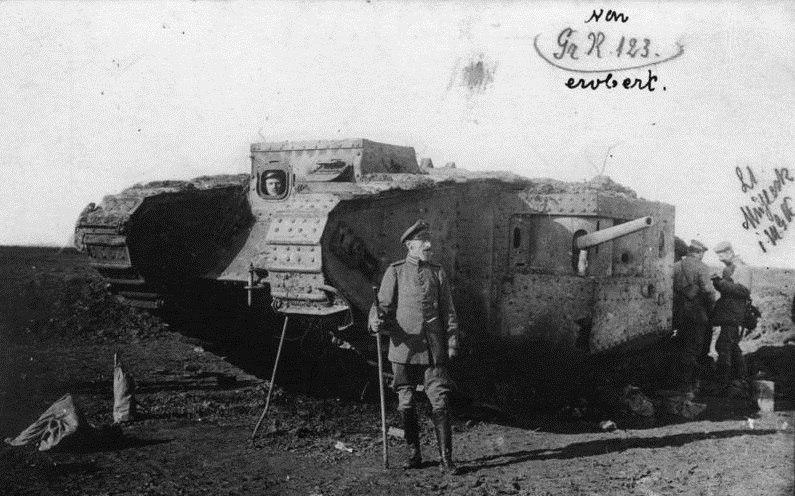 Немецкий офицер напротив захваченного британского танка Mark.IV, май 1917г