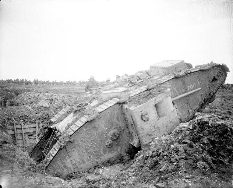 Британский танк Мark.IV, застрявший в немецкой траншее. Аррас, апрель 1917г