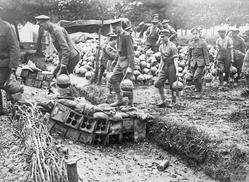 Британские артиллеристы переносят снаряды к 2-дюймовому миномету. Ашьё, 28 июня 1916г