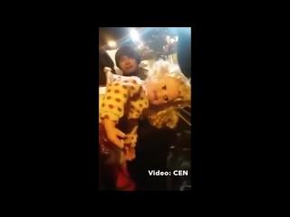 Проклятая кукла поворачивает голову, моргает и говорит