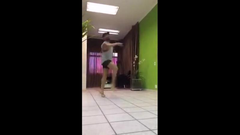 мужик классно танцует на шпильках 👍
