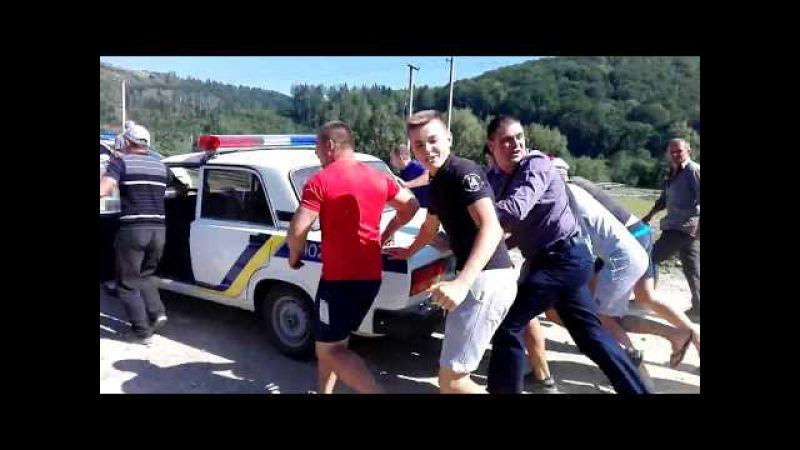 Обурені жителі Банилова-Підгірного виштовхали поліцейський автомобіль