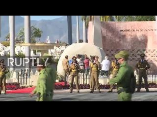 Куба: Массовое паломничество к гробнице Кастро после того, как его прах погребен.