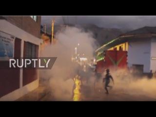 Перу: Местные слезу газом после попытки сжечь воров в полицейском участке.