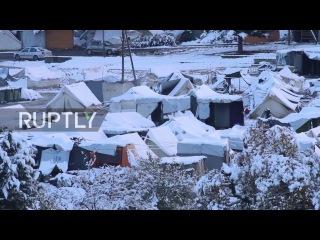 Греция: Беженцы, живущие в условиях замораживания после сильного снегопада в Катерини.
