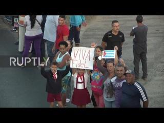 Куба: Жители линии улиц Санта-Клара в дань уважения к праху Кастро.