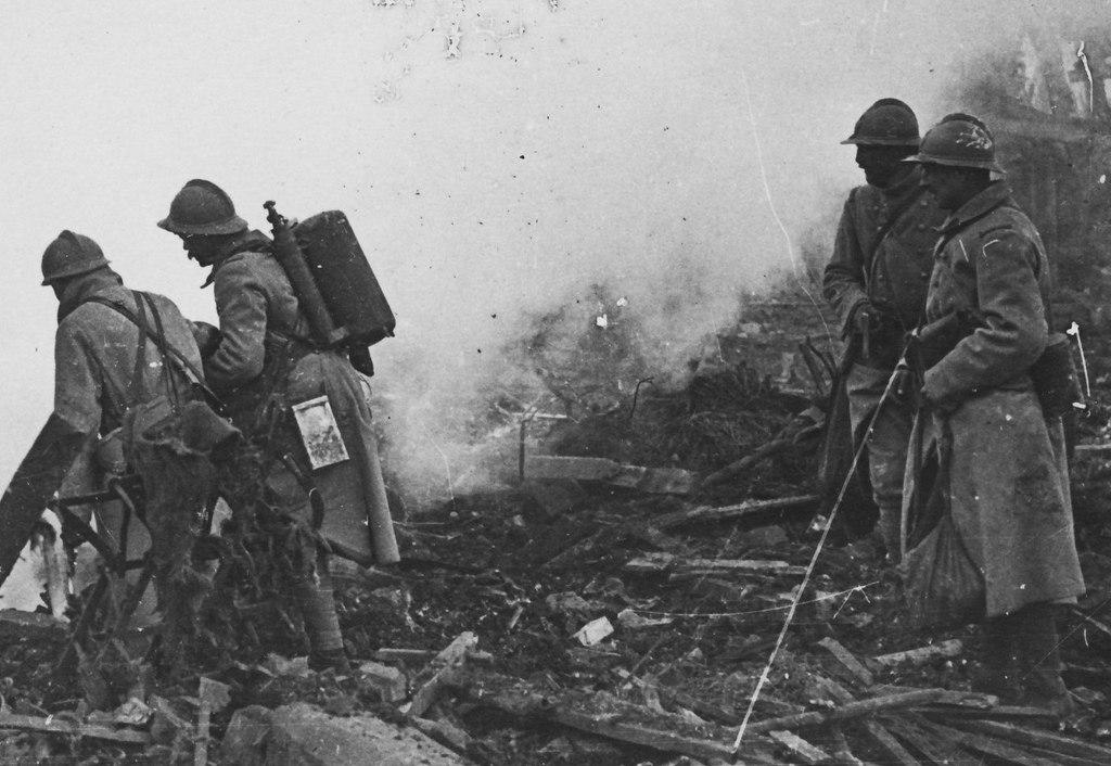 Французские солдаты на руинах города Кантиньи, май 1918г. У солдата на переднем плане огнемет Schilt No. 3.