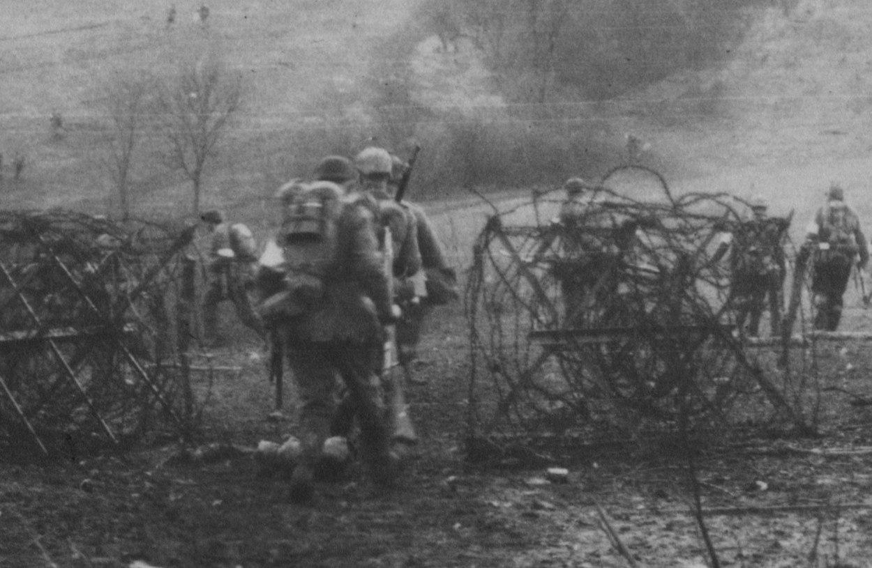 Немецкие солдаты выдвигаются на позицию возле леса Оумон. Верден, 21 февраля 1916г
