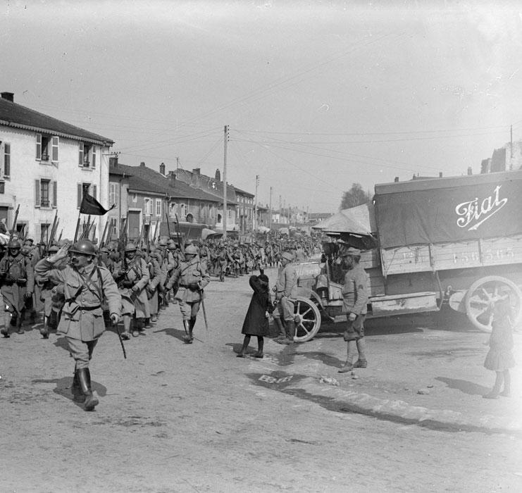 Солдаты французского 32го полка на марше через Сен-Клемент (Эна), март 1918г