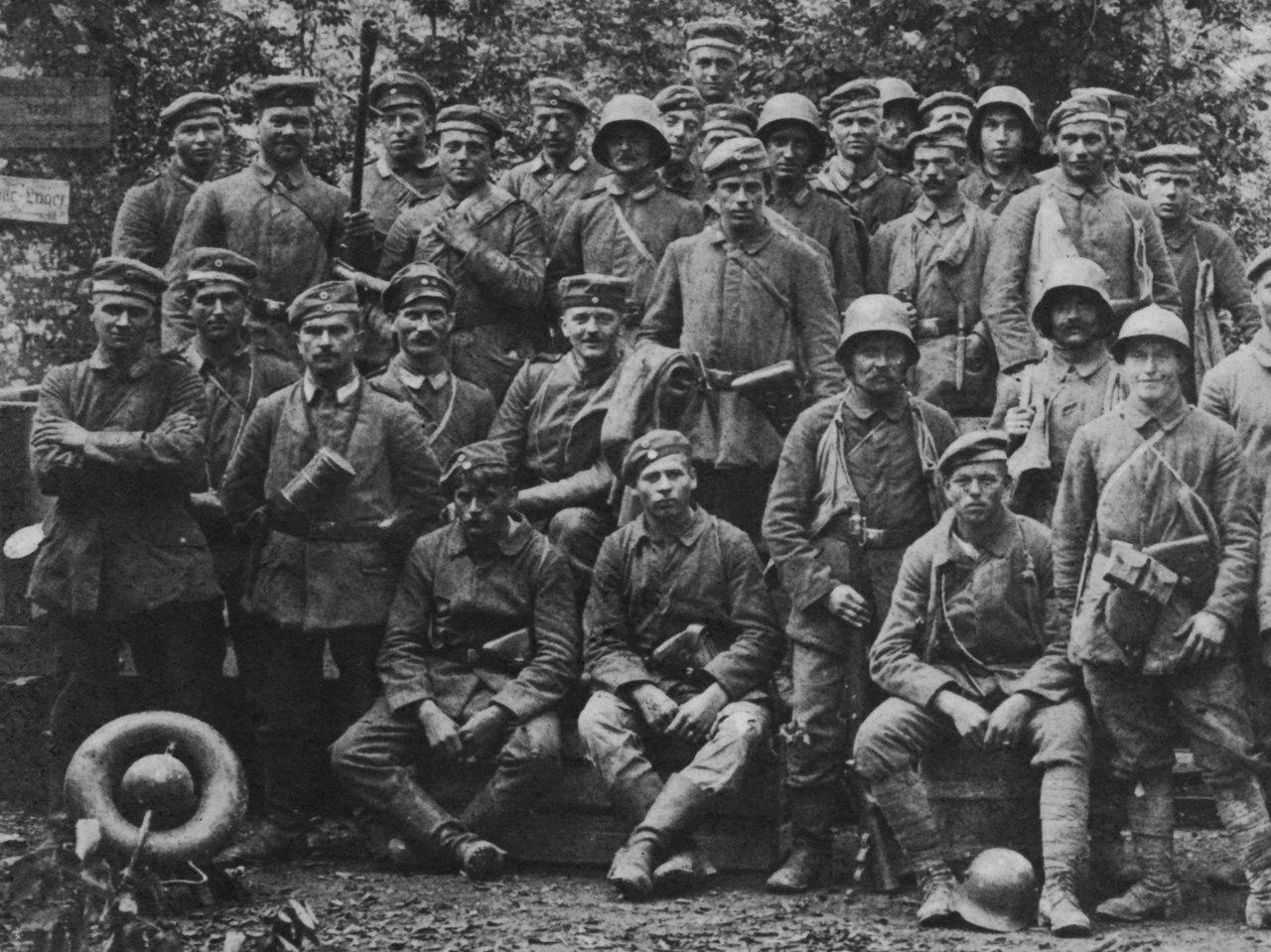 Совместное фото немецких солдат под Капоретто (Италия), 1 ноября 1917г. У одного из солдат трофейный итальянский шлем Адриана, в левом углу- бак от огнемета.