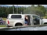 Девушка на автомойке самообслуживания