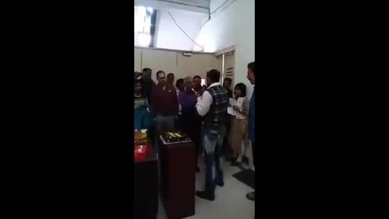 Акшай Кумар на праздновании дня рождения своего личного парикмахера Milan Jadhav, 19.01.2017 г.