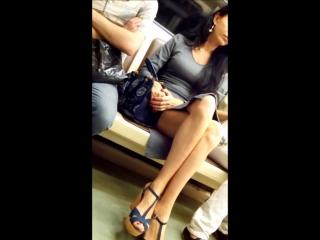 прекрасные женские ножки в метро . подглядывания