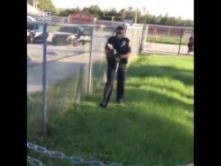 Полицейский должен уметь всё, например поймать голыми руками крокодила