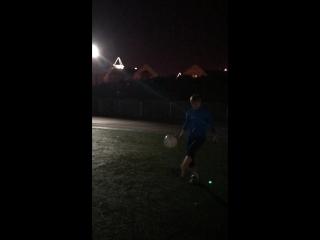 Футболчиккк!мальчики походят на качков