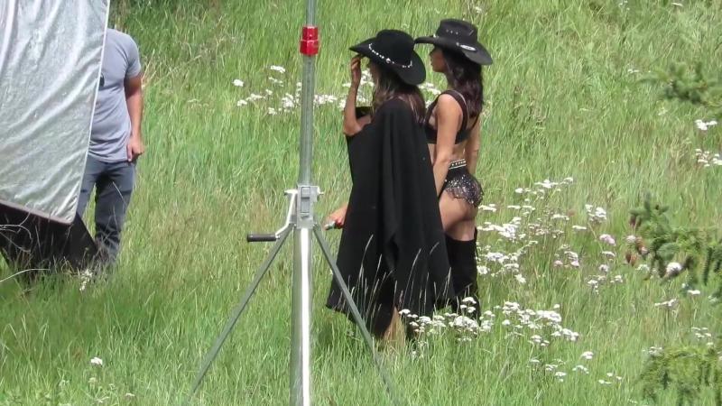 Алессандра Амбросио (Alessandra Ambrosio) и Адриана Лима (Adriana Lima) на фотосессии в Аспене, 15/08/2017