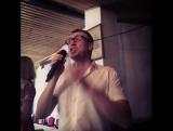 Гость исполняет песню в ресторане Югославия. Воронеж